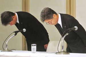 Kobe Steel's executive vice president Naoto Umehara (right) bows his head to apologize at a news conference in Tokyo, on Oct 8, 2017.