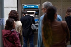 Separatists were flocking to withdraw cash Friday in protest at the central government and at banks who have moved their headquarters out of the Spanish region over its independence crisis.