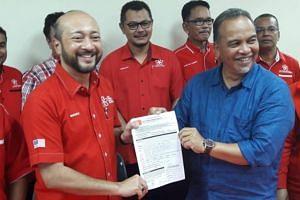 Datuk Seri Mukhriz Mahathir (left) receiving the membership form from Datuk Amiruddin Hamzah in Alor Setar.