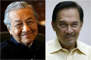 Former prime minister Mahathir Mohamad (left) and ex-finance minister Anwar Ibrahim are now leaders of political parties within Malaysia's opposition pact.