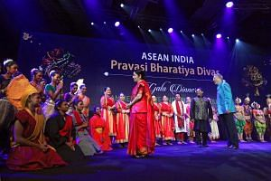 Deputy Prime Minister Teo Chee Hean and Indian Foreign Minister Sushma Swaraj (centre, in red) speak to performers at the gala dinner for the Asean-India Pravasi Bharatiya Divas conference. ST PHOTO: SEAH KWANG PENG