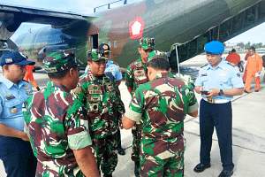 Members of a military medical team arriving in Moses Kilangin Airport in Timika, Papua, on Jan 16, 2018, to help deal with an outbreak of measles as well as malnutrition in the province.