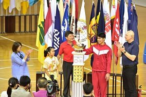 (From left Lee Hui Feng, chairman, Singapore Primary Schools Sports Council and principal of Qihua Primary; Cassandra Ong, 11, of Tao Nan School; Minister Ng; Lincoln Forest Liqht Man, 18, of Sports School and ACS (I) principal Winston Hodge.