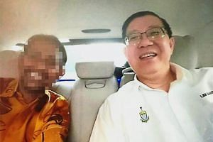The photo was taken in a car showing the man who resembles the Datuk Seri and Penang Chief Minister Lim Guan Eng smiling widely.