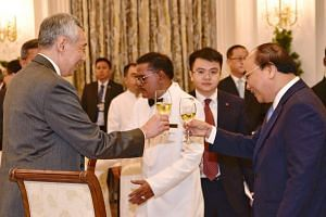 Prime Minister Lee Hsien Loong hosts a dinner for his Vietnamese counterpart Nguyen Xuan Phuc on April 25, 2018.