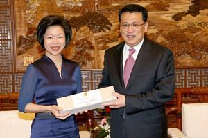 Senior Minister of State for Trade and Industry Sim Ann meeting Zhejiang governor Yuan Jiajun.