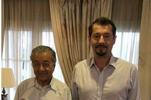 Former Petrosaudi director Xavier Andre Justo posing with Malaysian Prime Minister Mahathir Mohamad.