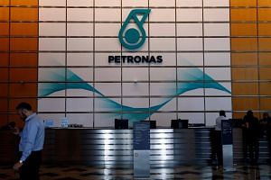 Umno headquarters' strategic communications unit said that the government should think of ways to increase the Petronas' performance within and outside the country rather than take the easy way out.
