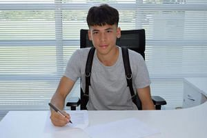 Singaporean Ben Davis has signed professional contract with English Premier League club Fulham Football Club.