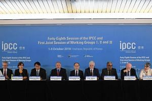 Chair of the IPCC, Hoesung Lee (centre), speaks during a press conference of the IPCC at Songdo Convensia in Incheon, on Oct 8, 2018.