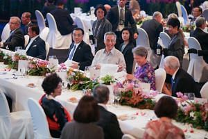 Prime Minister Lee Hsien Loong, between Mrs Lee and Chinese Premier Li Keqiang, at the Asean Summit gala dinner on Nov 14, 2018.