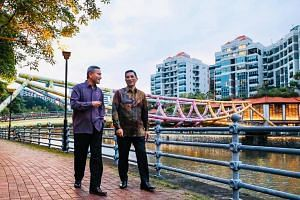 Singapore Foreign Minister Vivian Balakrishnan posted a Facebook photo of himself walking along the Singapore River with Malaysia Economic Affairs Minister Azmin Ali on Jan 13, 2019.
