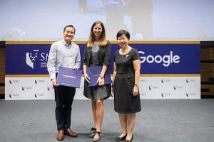 Singapore Management University (SMU) president Lily Kong (right) and Ms Stephanie Davis (centre), country director of Google Singapore, signed an agreement on Jan 31, 2019, to offer the SMU-Google Squared Data & Analytics Programme.
