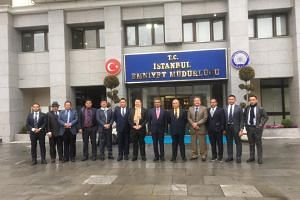Malaysian police chief Mohamad Fuzi Harun (6th from right) and several top senior officers posing for a picture in front of the Istanbul police headquarters.