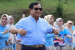 """Rapper Marzuki Mohamad belting out """"Goyang Jempol, Jokowi Gaspol"""" in Yogyakarta, in support of President Joko Widodo, on March 23. Indonesian """"militant mothers"""" are creating waves on YouTube with their smooth Zumba moves and song praising Mr Prabowo"""