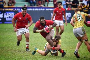 Asia Pacfic Dragons' Ropate Rinakama (centre) looking to pass the ball against the South China Tigers during their Global Rapid Rugby at Queenstown Stadium on April 28, 2019.