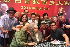 Bai Yan was very happy when many people came over at the lunch to wish him happy birthday, even though he did not remember many of the artists who were present.