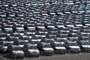 US President Donald Trump has postponed a decision on whether to impose tariffs on automobiles imported from Europe, Japan and other countries for six months.