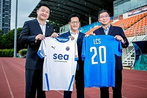 Lion City Sailors chairman Forrest Li, Football Association of Singapore president Lim Kia Tong and Home United chairman Winston Wong holding the club's new jerseys. The Sailors took over Home to become Singapore's first privatised football club. The