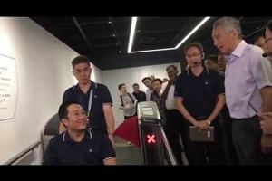 PM Lee viewing the hands-free fare gate system at SG Mobility Gallery