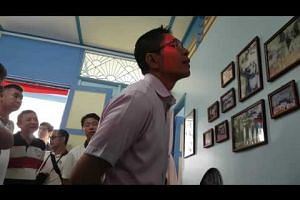 Young volunteer sharing highlights of Teck Seng's Place with Desmond Lee, Mohamad Maliki Bin Osman