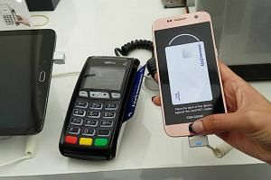 How does Samsung Pay e-wallet work?