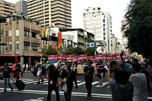 Supporters of Kaohsiung mayoral candidate Chen Chi-mai hold street parade