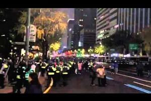 Police running towards barricade at Sejong-daero in Seoul
