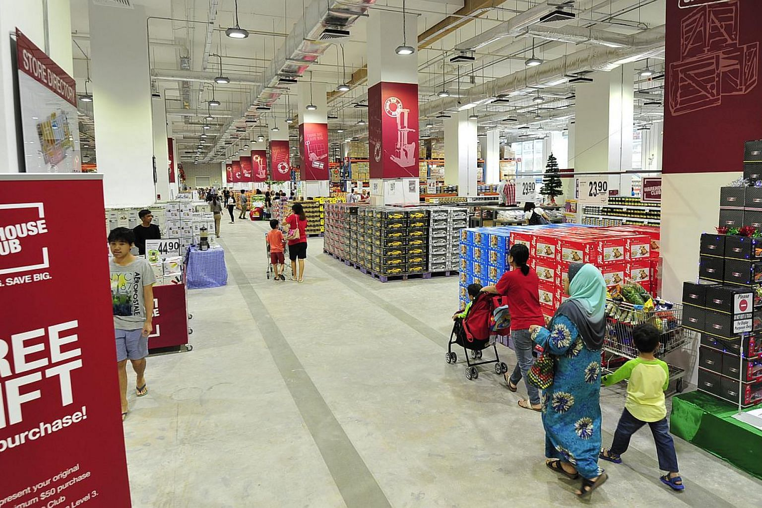 Interior of Warehouse Club, the frist and sole membership-only club in Singapore for groceries and household consumables. -- PHOTO: DIOS VINCOY JR FOR THE STRAITS TIMES