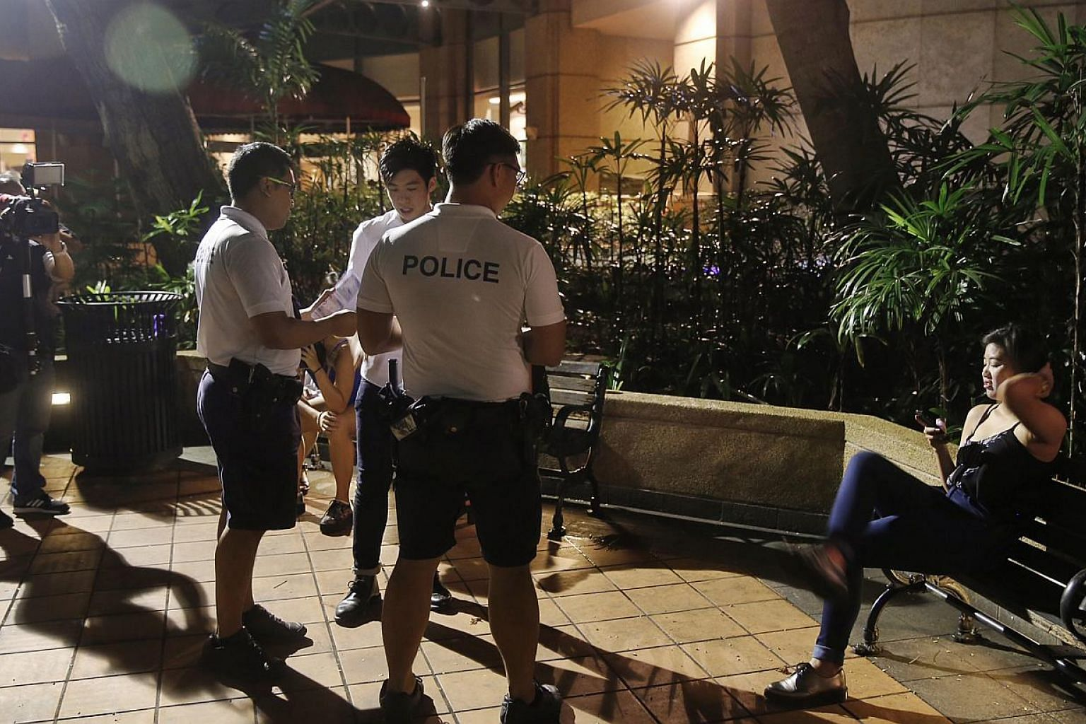 Police officers handing out pamphlets at Robertson Quay on Wednesday. The Ministry of Home Affairs has welcomed initiatives by the liquor industry in support of the new alcohol law which kicked in on Wednesday. -- ST PHOTO: KEVIN LIM