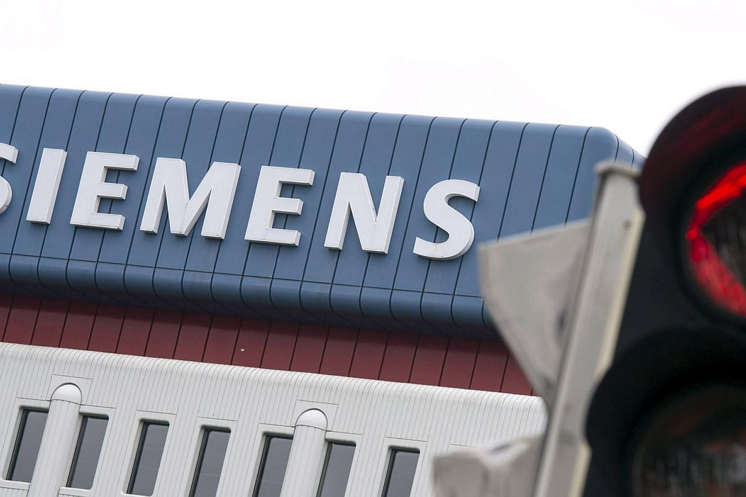 Siemens, Europe's largest engineering company, will cut another 4,500 jobs after second-quarter profit fell more than estimated by analysts, burdened by the declining oil price. -- PHOTO: REUTERS