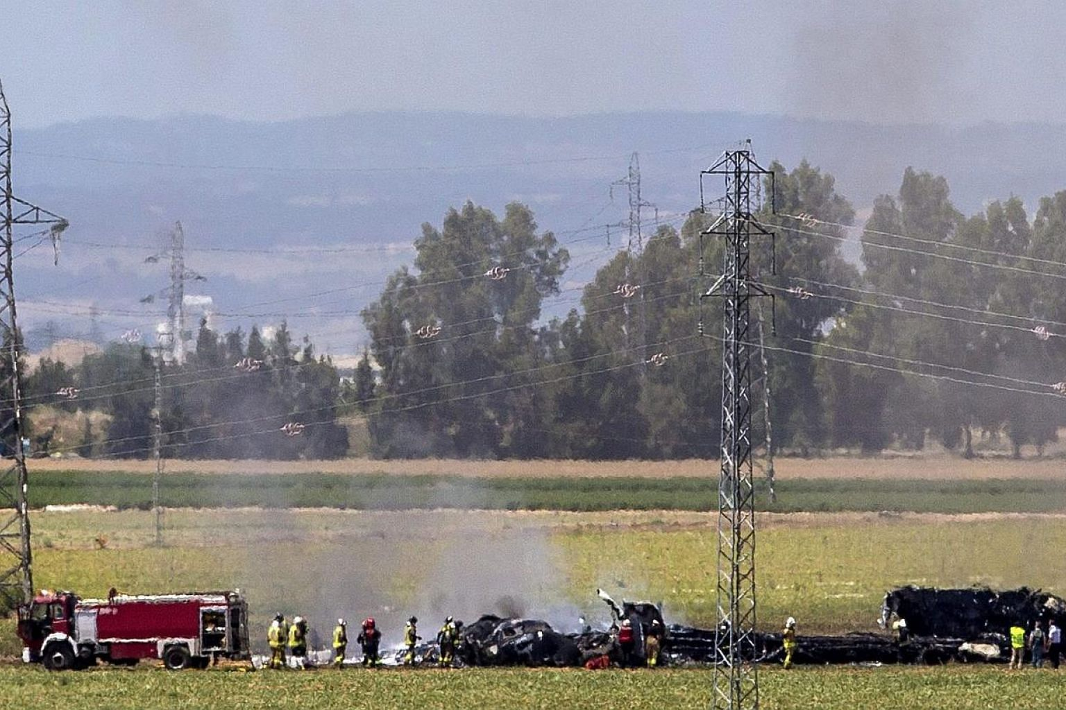 Smokes rises from the wreckage of a plane Airbus A400 which crashed in the San Pablo airport in Seville, sourthern Spain, May 9, 2015. -- PHOTO: EPA