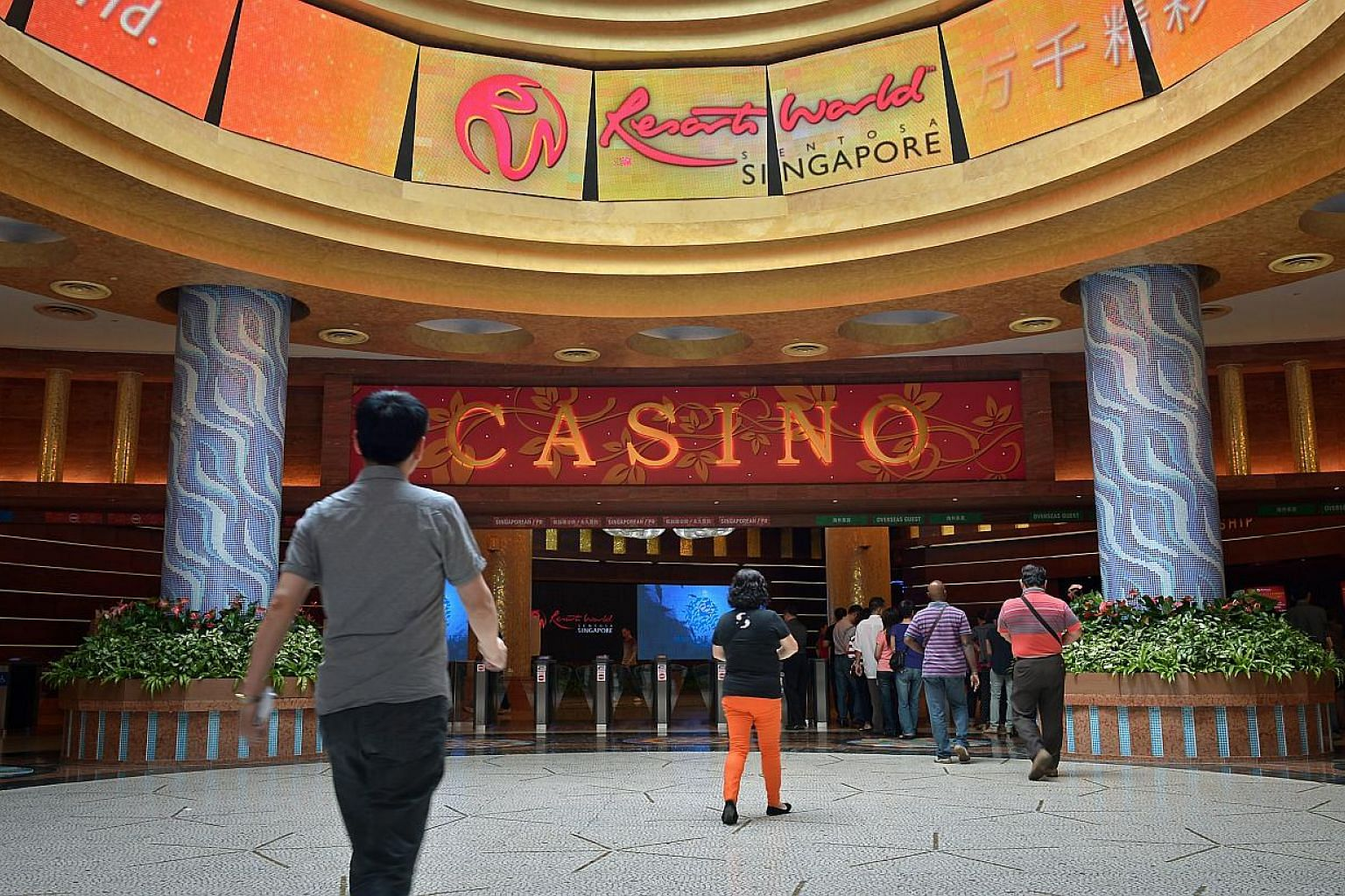 Genting Singapore's net profit to plunged 73 per cent from a year ago to $62.7 million for the first quarter, while revenues fell 23 per cent to $639.2 million, due to continued weakness in its premium player business. -- PHOTO: ST FILE