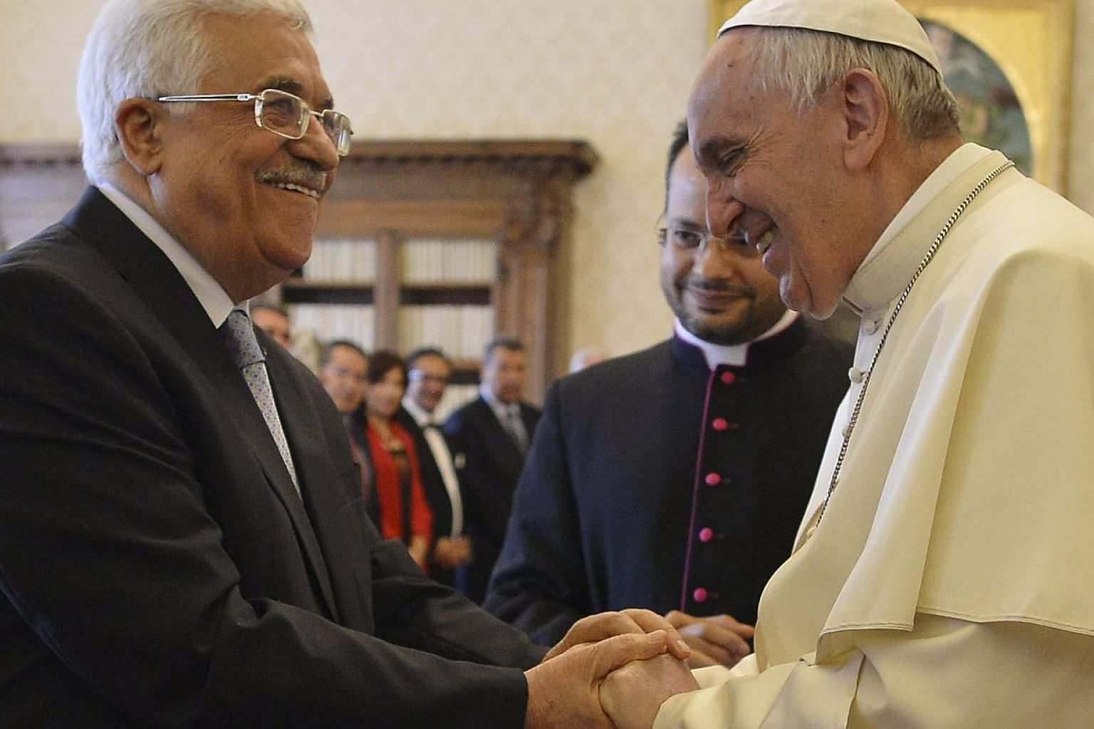 Pope Francis (right) shakes hands with Palestinian President Mahmoud Abbas during a private audience at the Vatican City, May 16, 2015. -- PHOTO: REUTERS
