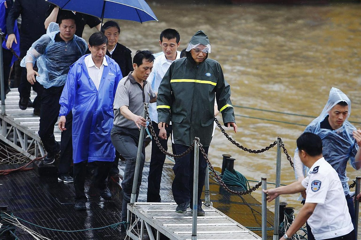 Chinese Premier Li Keqiang (centre) inspects the rescue efforts of the capsized tourist ship in the Yangtze River in Jianli county, Hubei province, China on June 3, 2015. -- PHOTO: EPA