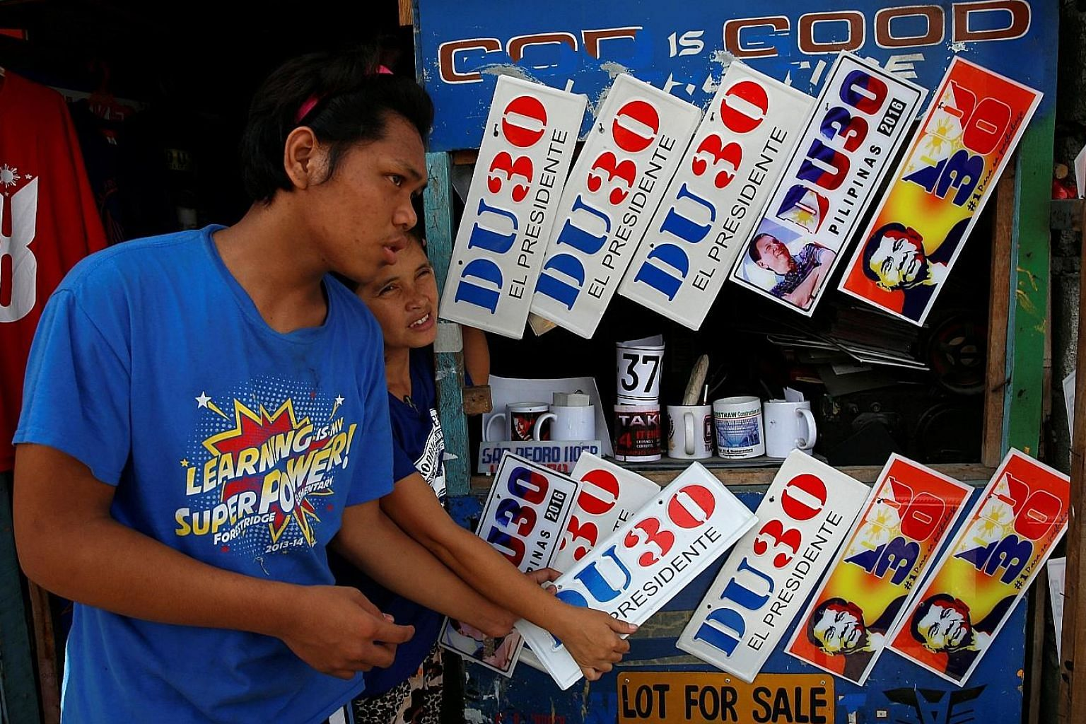 Vendors selling souvenir car bumper plates of Mr Duterte in Davao city last Wednesday. Mr Duterte has refused to travel to the capital, forcing political players seeking to jump on his bandwagon to head to Davao.