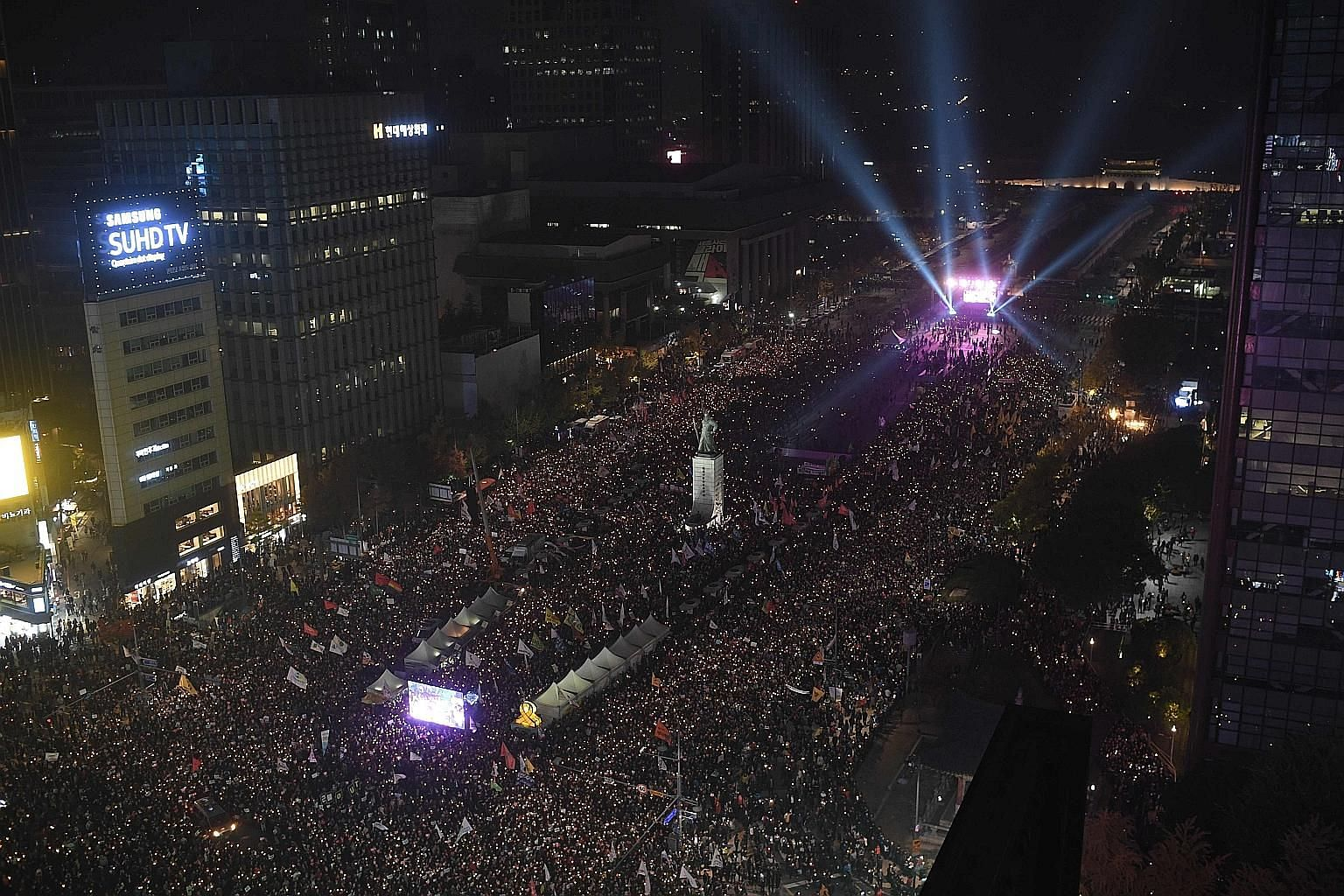 Police said more than 40,000 people attended the candlelight rally against President Park in Seoul last night - more than double the crowd at a similar anti-Park protest the week before.