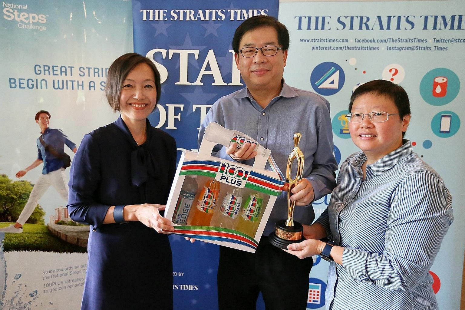 Cuesports Singapore president Christopher Chuah receiving the ST Star of the Month award for December from Jennifer See (left), general manager of F&N Foods Singapore, and ST sports editor Lee Yulin. He accepted the prize on behalf of Peter Gilchrist