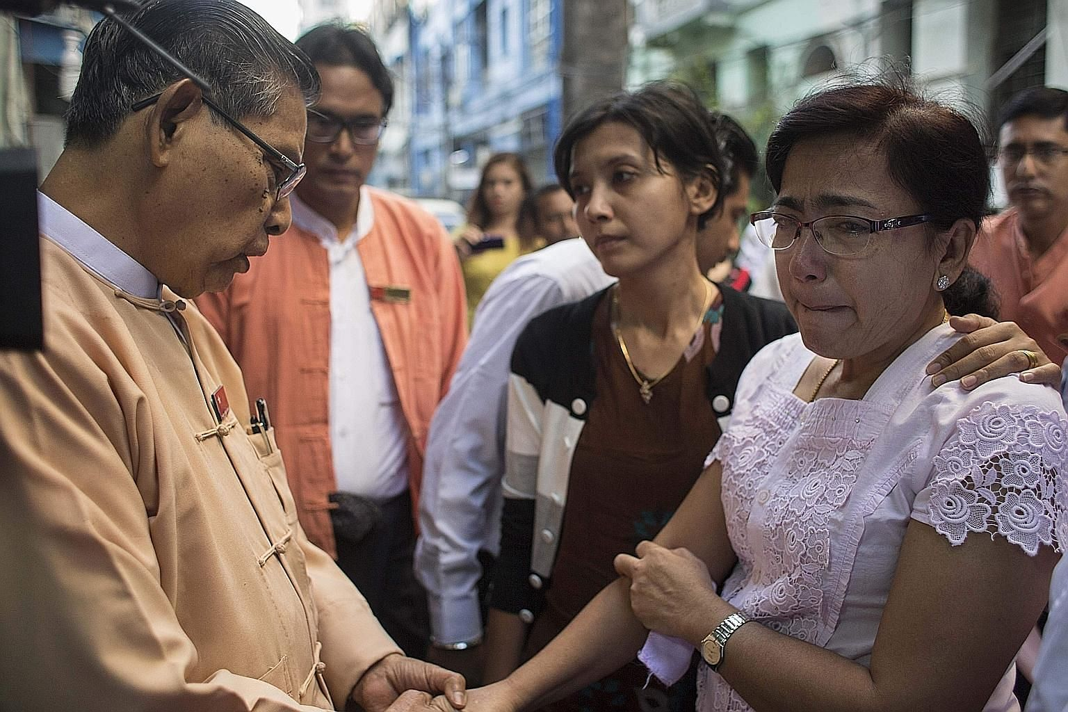 """The ruling National League for Democracy's patron, Mr Tin Oo, consoling Mr Ko Ni's widow Tin Tin Aye at the family home in Yangon. Mr Tin Oo called the killing an """"assassination"""" and said Mr Ko Ni's death was a """"great loss for the country"""". Mr Ko Ni"""