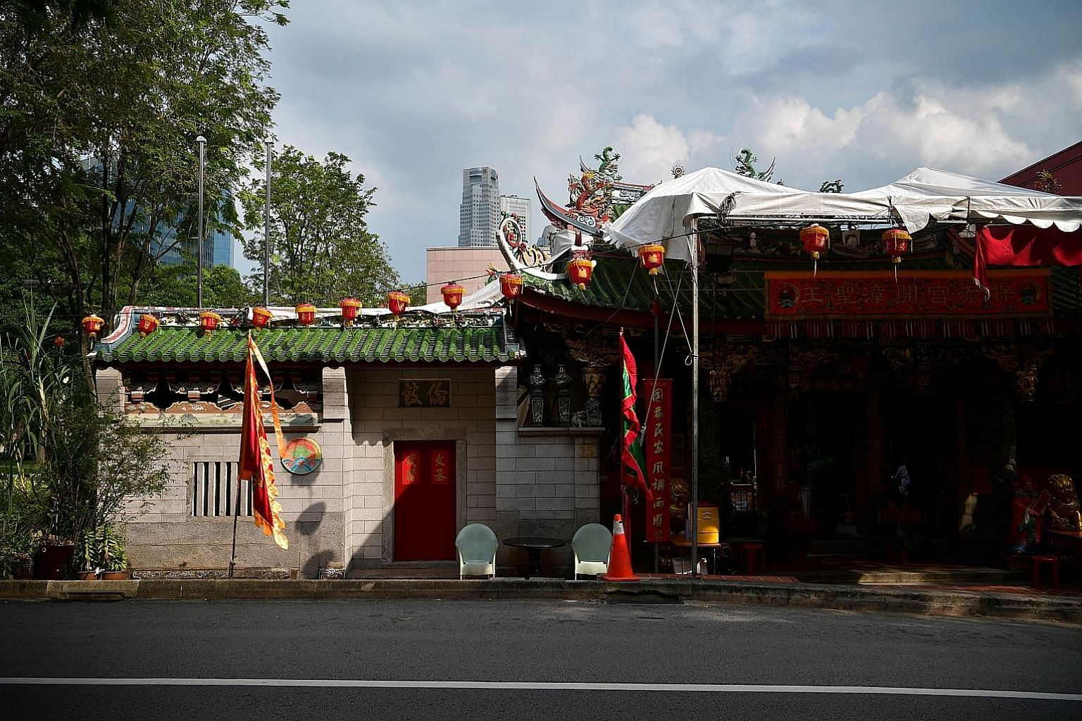 Po Chiak Keng was funded by two men from prominent Tan families. The facade of the temple was covered with a canopy to provide shelter for devotees during the Chinese New Year period. A bell that dates back to the 19th century in the prayer hall (lef