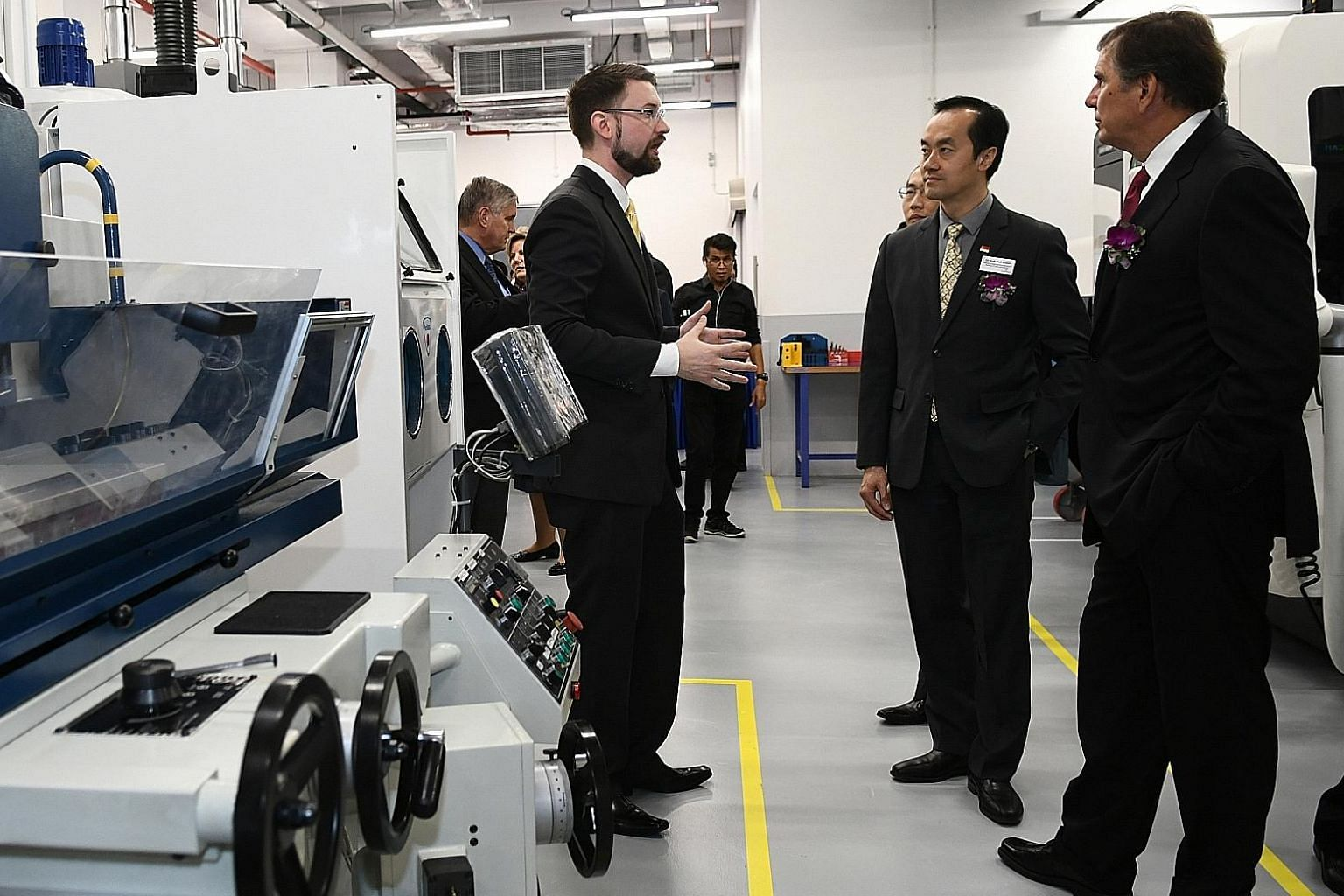 An Emerson spokesman explaining the features of the new additive manufacturing centre to Dr Koh Poh Koon, Minister of State for Trade and Industry, and Emerson chief executive David Farr.