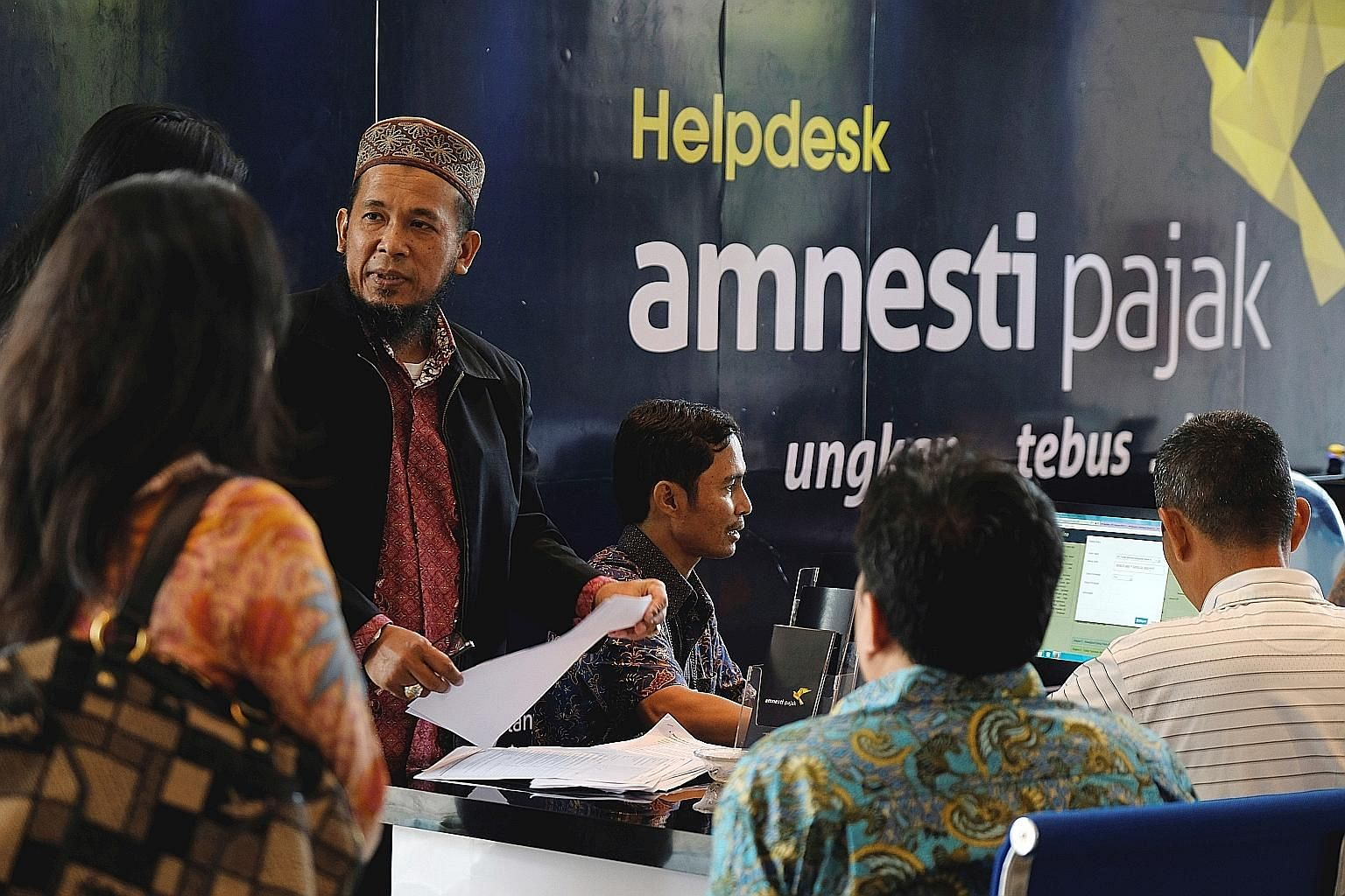 People seeking help on Sept 30 during the tax amnesty programme at the tax headquarters in Jakarta.