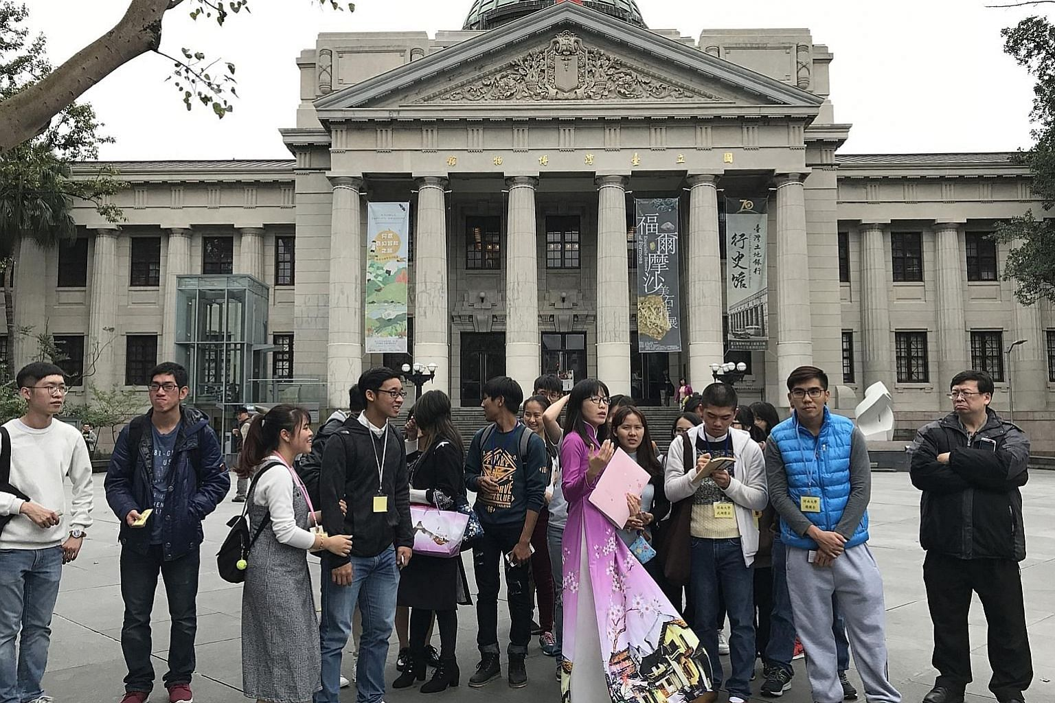 Ms Jessie Nguyen Thi Ngoc Mai (in pink) conducting a tour for a group from Vietnam at the National Taiwan Museum. The immigration agency is working with tour agencies to certify new immigrants and foreign spouses as tour guides to lead tour groups fr