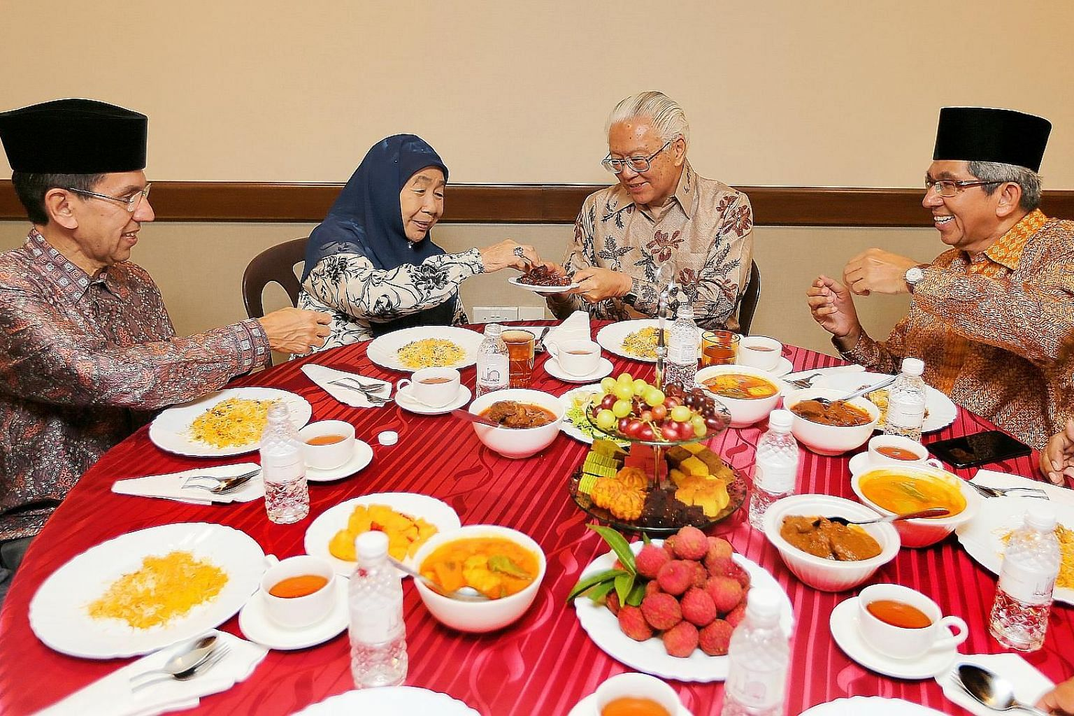 President Tony Tan Keng Yam joined about 400 congregants at an iftar, or breaking of fast, session at Yusof Ishak Mosque (Masjid Yusof Ishak) yesterday. It was his first visit to the recently opened mosque in Woodlands, which is named after Singapore