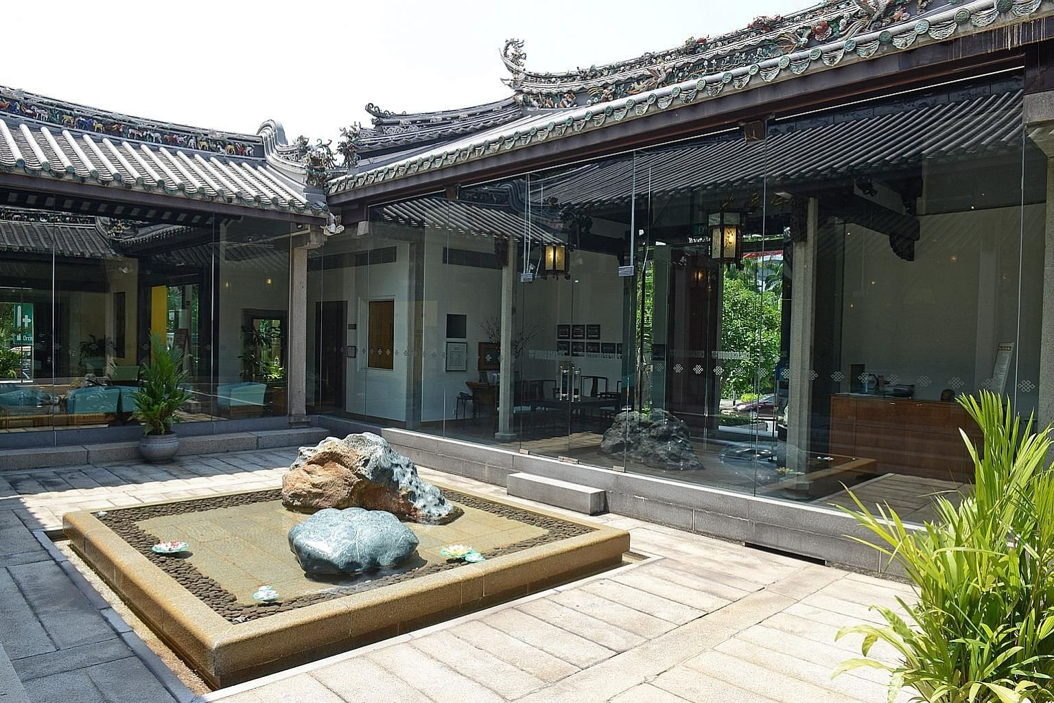 The House of Tan Yeok Nee, built between 1882 and 1885 in the traditional southern Chinese style, with large internal courtyards and decorative wood carvings, was gazetted as a national monument on Nov 19, 1974.
