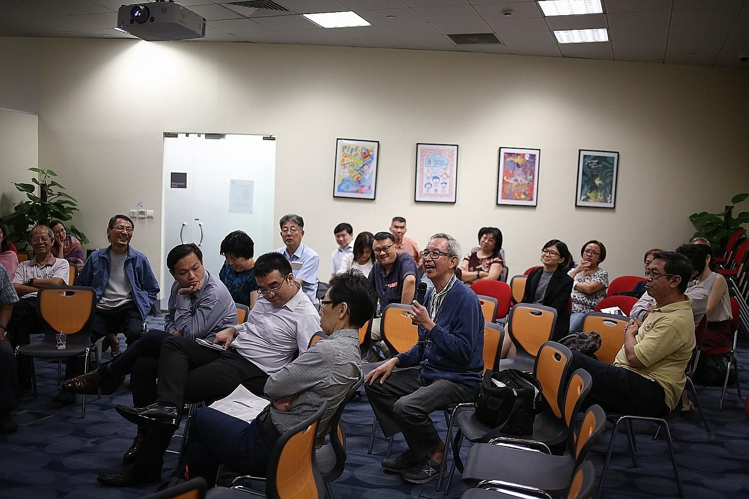 Retiree I.P. Wang (with the microphone) was among the participants at the Big Read Meet who engaged in a lively discussion on globalisation.