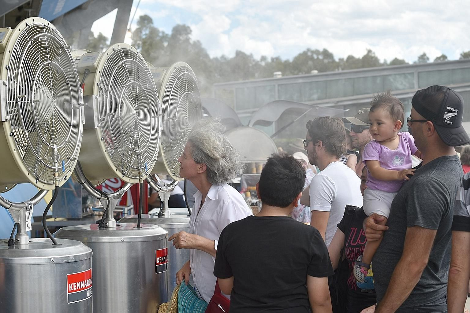 People trying to cool themselves down in Sydney earlier this year when the temperature soared to 40 deg C.