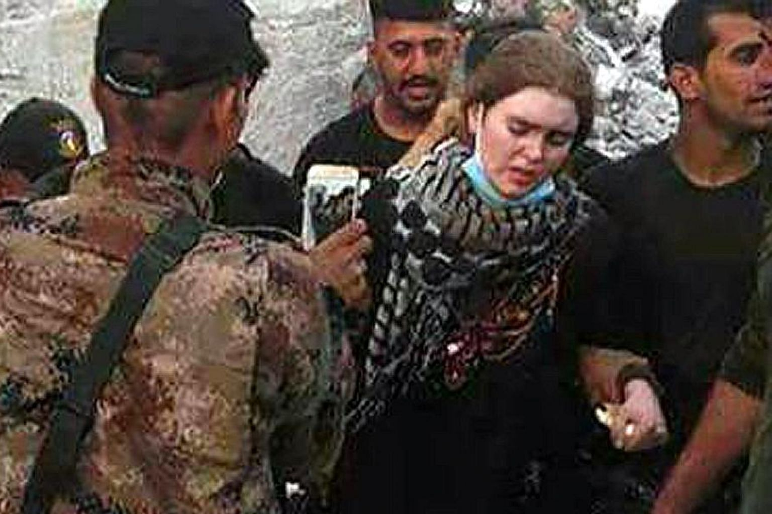 A picture circulating on social media purports to show a captured Linda Wenzel, a German national, in the Iraqi city of Mosul.