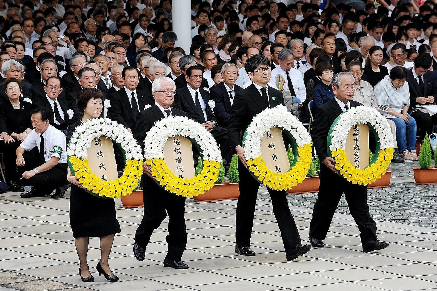 Nagasaki Mayor Tomihisa Taue (second from right) with representatives of bombing victims at a ceremony yesterday to mark the 1945 nuclear bombing of the city.
