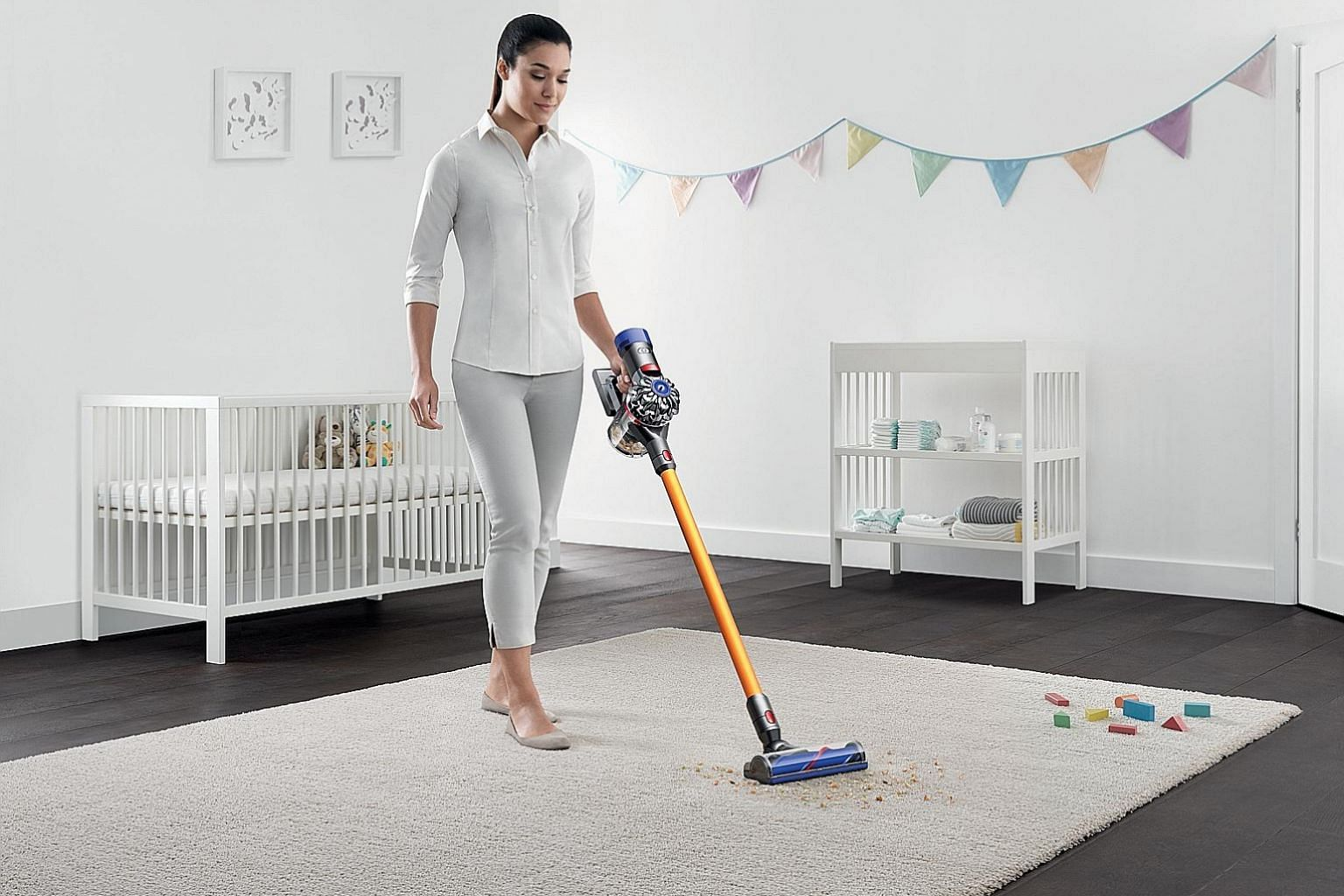 The V8 Absolute Plus' weight is centred on the main motor unit, so it is easy to manoeuvre regardless of the cleaning attachments placed on it. The cordless V8 can also be used as a handheld vacuum cleaner for your car.